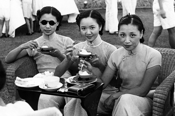 PFH1187079 China: Three fashionable young women at a Shanghai International Settlement tennis match, c. 1935; (add.info.: International attention to Shanghai grew in the 19th century due to its economic and trade potential at the Yangtze River. During the First Opium War (1839-1842), British forces temporarily held the city. The war ended with the 1842 Treaty of Nanjing, opening Shanghai and other ports to international trade. In 1863, the British settlement, located to the south of Suzhou creek (Huangpu district), and the American settlement, to the north of Suzhou creek (Hongkou district), joined in order to form the International Settlement.); Pictures from History;  out of copyright